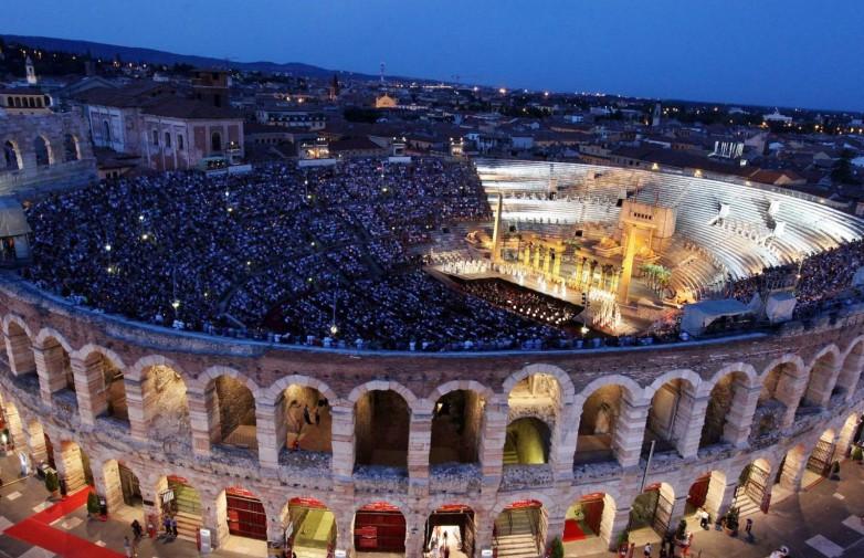 Viens no lielākajiem mūsdienu operas brīvdabas piedzīvojumiem – balti rozā kaļķakmenī cirstā Arenadi Verona! Mūzikas…